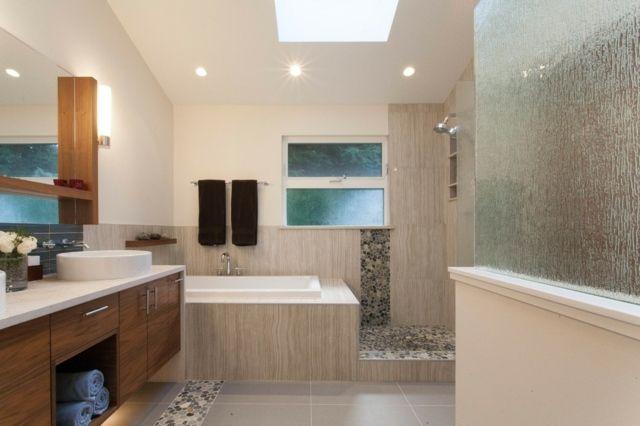 Badezimmer mit dachfenster  modernes Bad Dachfenster Badewanne Natursteinfliesen | FLIESEN BAD ...