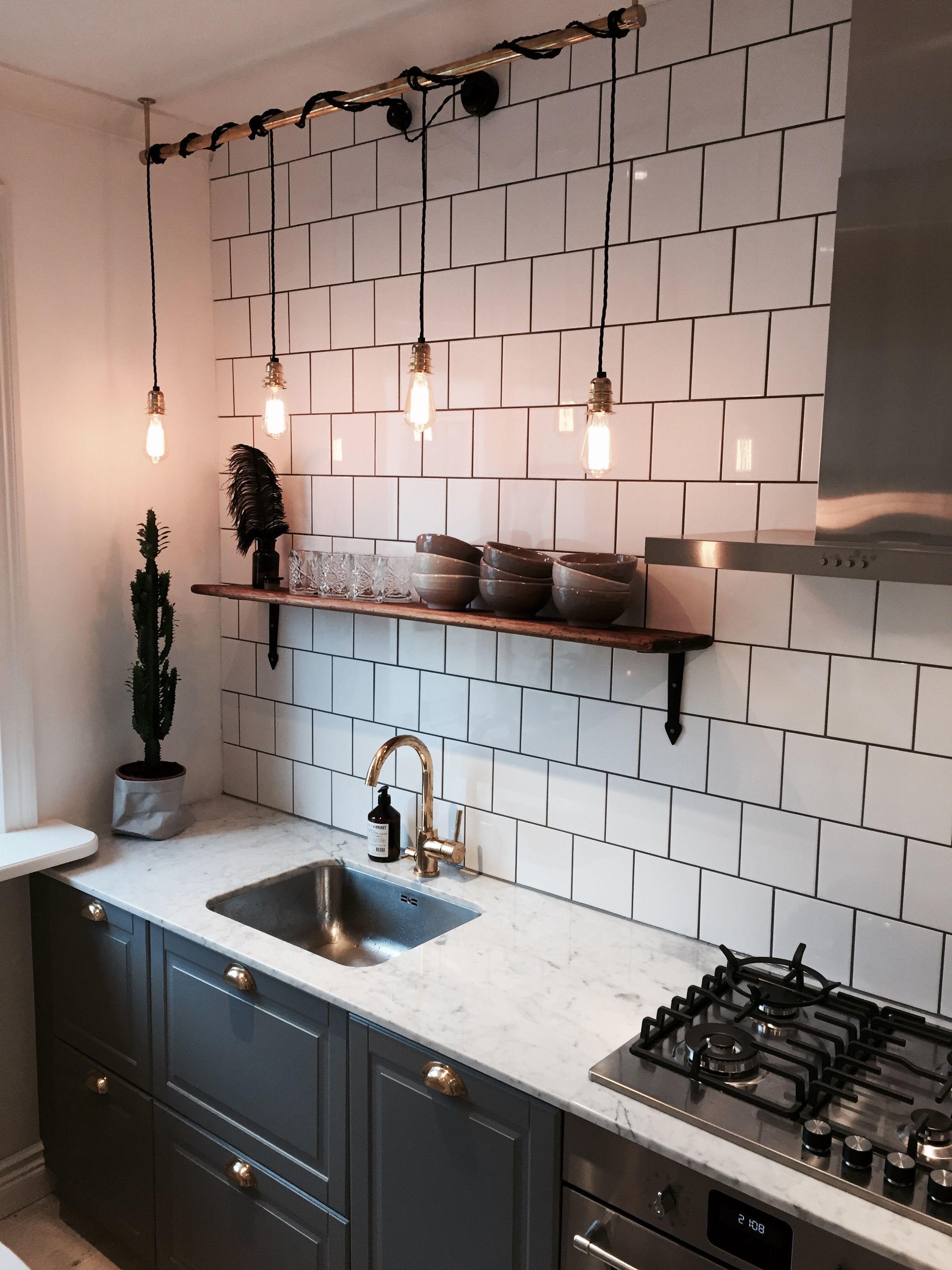 Kök med 15x15 plattor, Tapwell Grotescho polerad mässing och Carrarra marmor (...