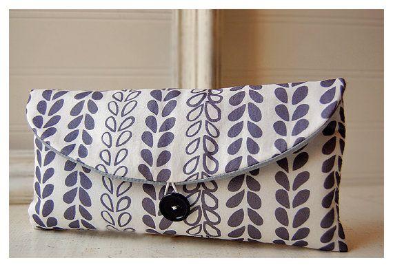 grau grauer Reben Blätter Elfenbein schwarz Clutch Bag von hoganfe, $16.00