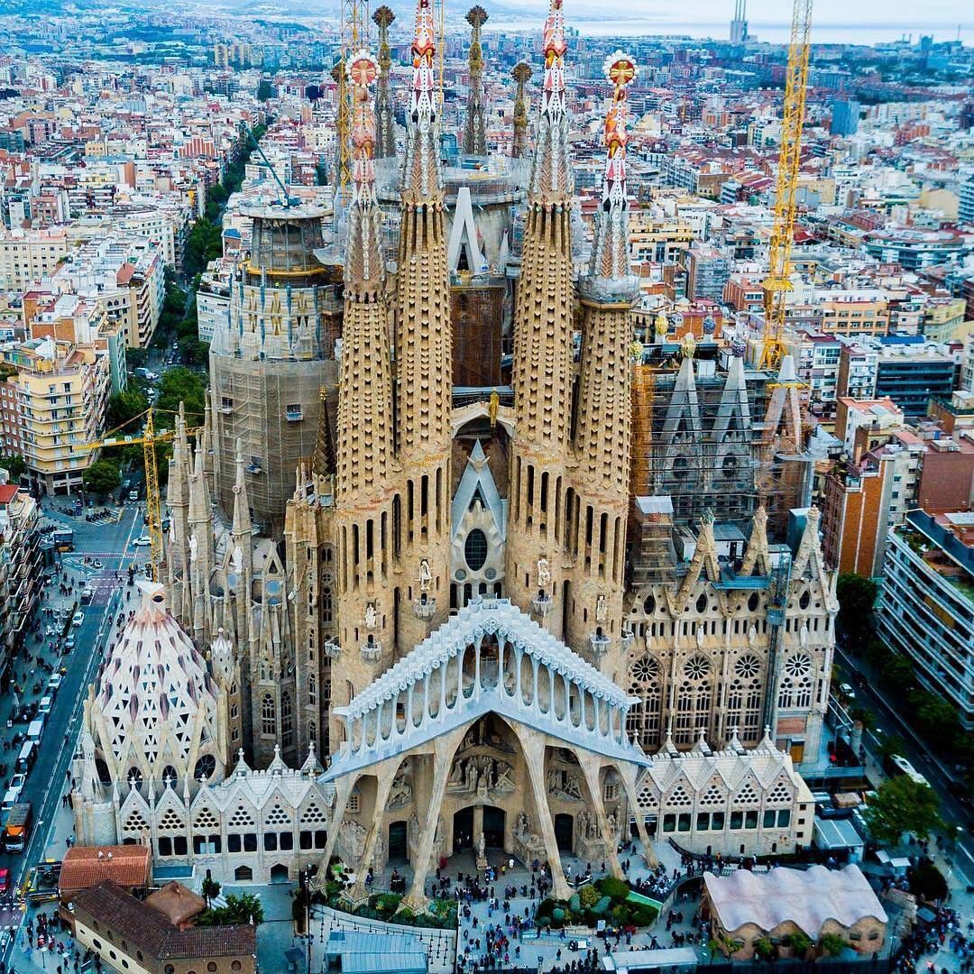 Guia Local Barcelona Sagrada Familia Por Droneaxis Cool Places To Visit Gaudi Gaudi Barcelona
