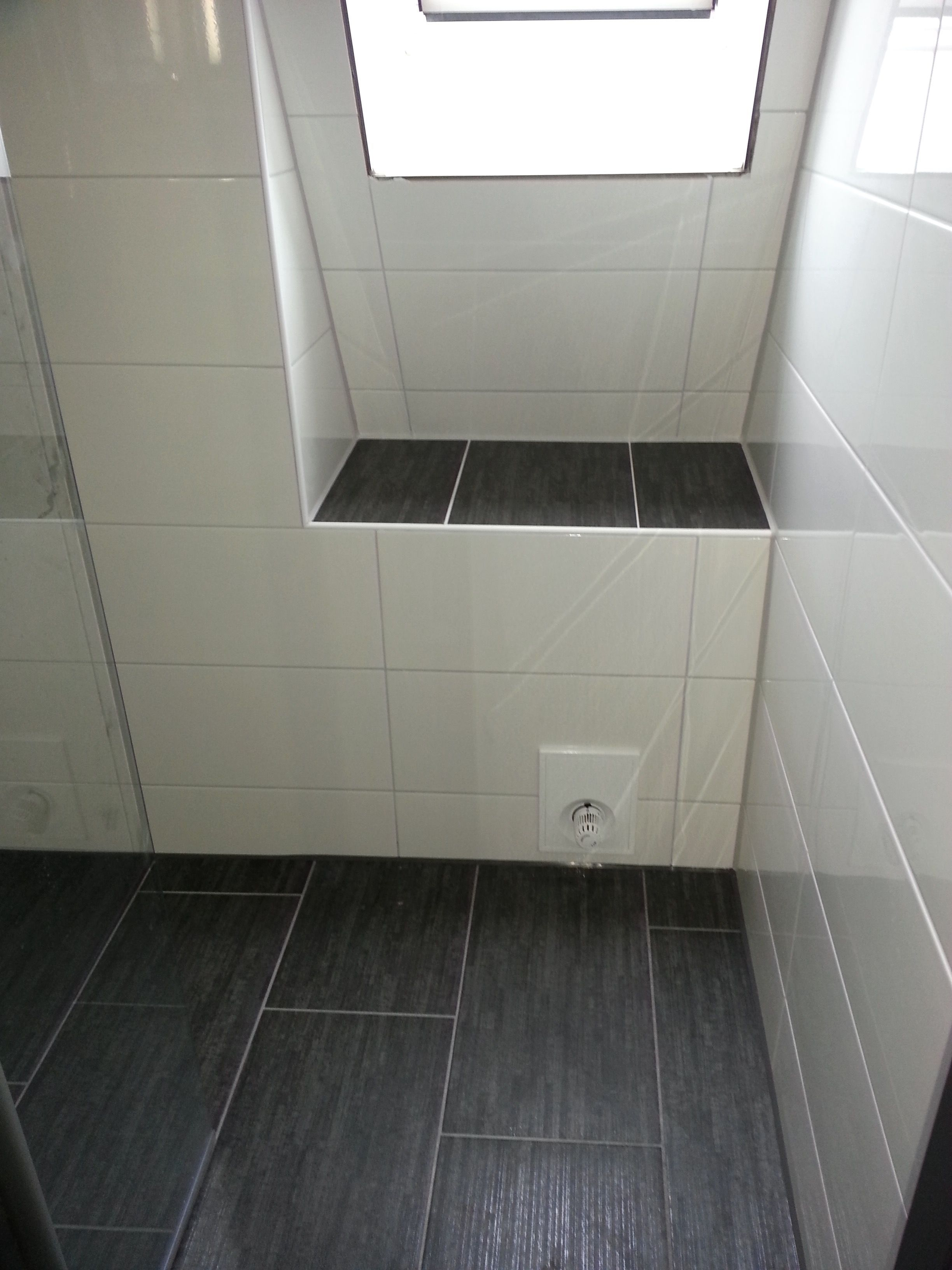 Badezimmer Fliesen Grau Und Anthrazit Mrajhiawqaf Com Fliese In 2020 White Tiles Bathroom Tiles