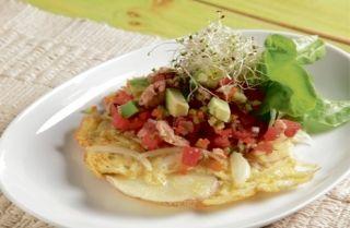 Ensalada de atún con tortillas de papa y cebolla