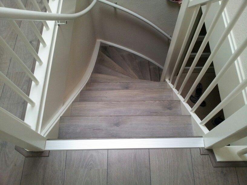 Traprenovatie van laminaat overzet treden laminaat pinterest vloeren huisdecoratie en - Witte trap grijs ...