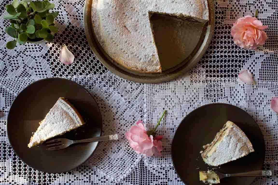 La cassata al forno è un dolce tipico siciliano, realizzato con ricotta e gocce di cioccolato, avvolti in una morbida pasta frolla.