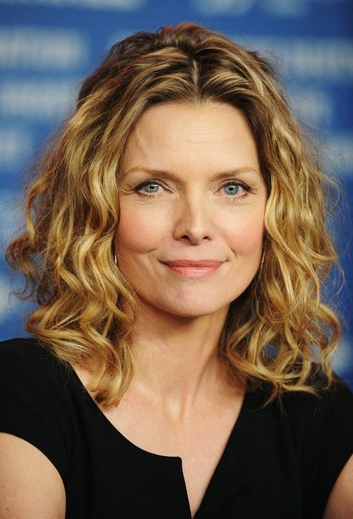 Loose Curly Hairstyle For Women Age Over 50 Michelle Pfeiffer Hairstyles Hairstyles Wee Older Women Hairstyles Medium Hair Styles Medium Length Hair Styles