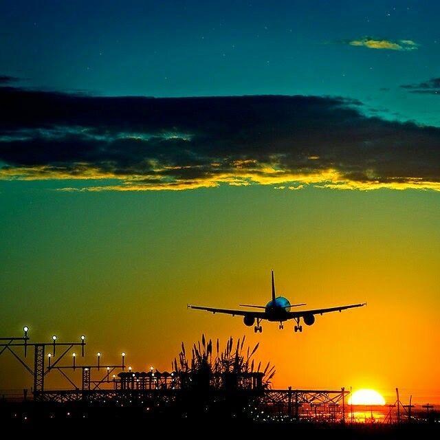 Vuelo Al Amanecer Aviones Volando Atardecer Precioso Fondos De Aviones