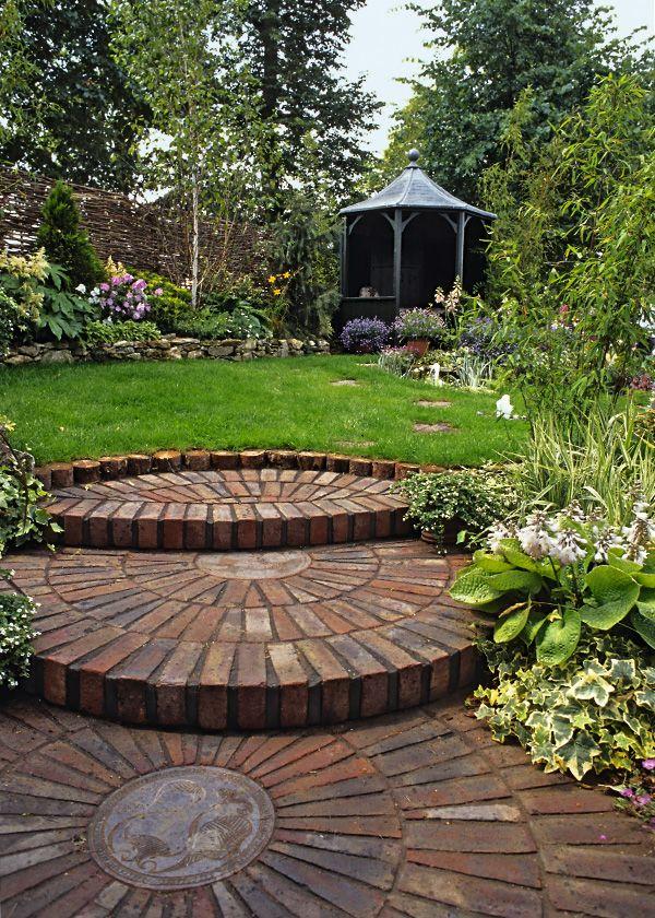 Runde Formen strahlen Harmonie aus Ein Gartenhaus als Sitzplatz - sitzplatz im garten mit steinmauer