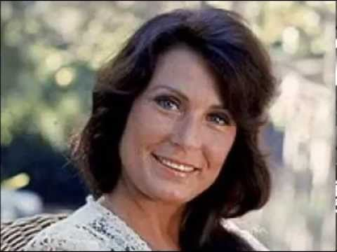 PAPER ROSES        LORETTA LYNN - YouTube | Music in 2019 | Loretta