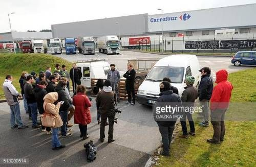 08 08 Young Farmers Block The Access Of A Carrefour Logistic