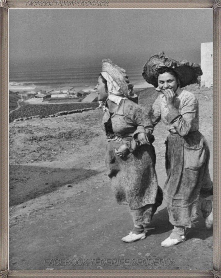 Adeje año 1960..... campesinas  #fotoscanariasantigua #tenerifesenderos #fotosdelpasado #canariasantigua #canaryislands #islascanarias #blancoynegro #recuerdosdelpasado #fotosdelrecuerdo