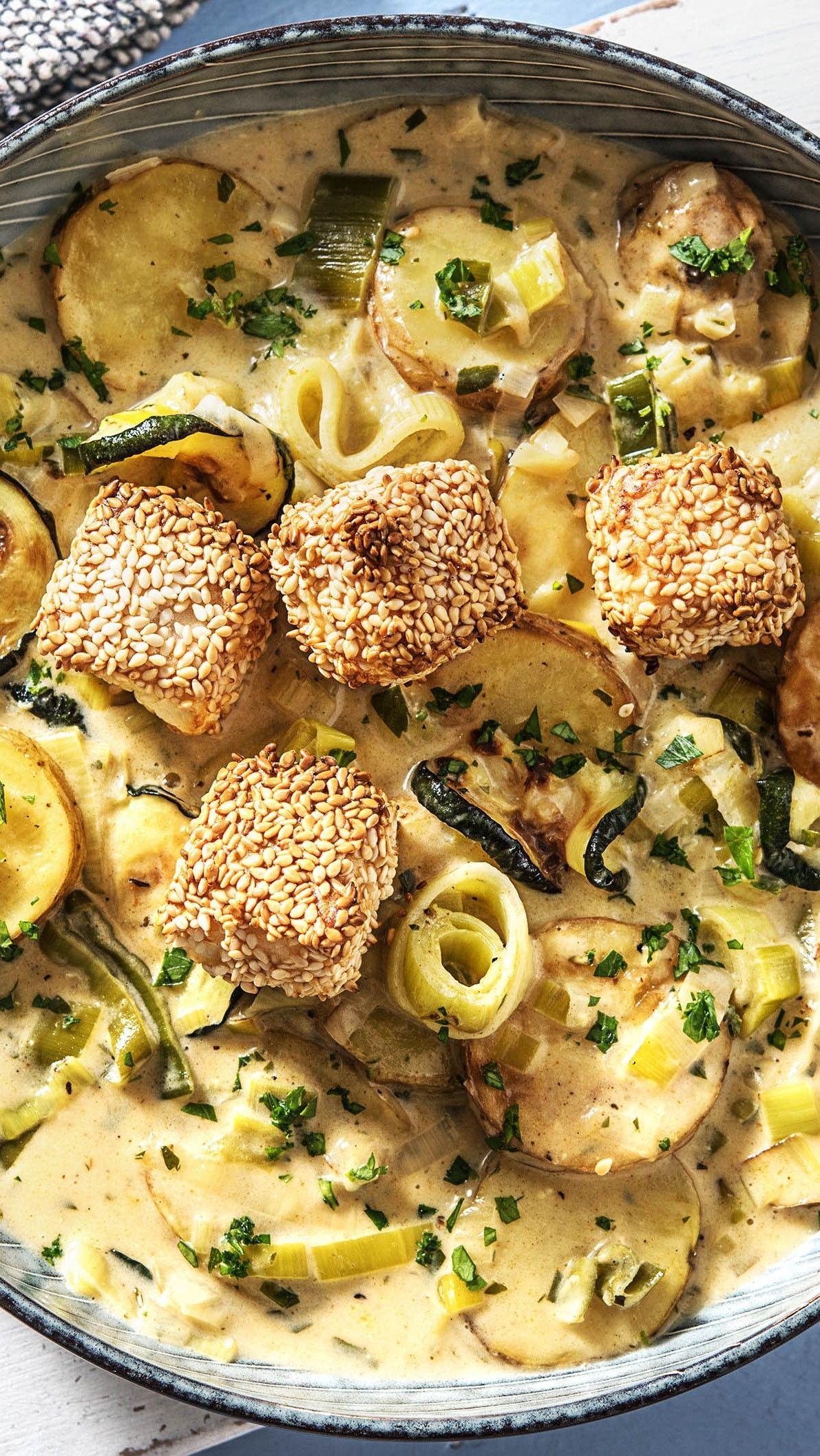 Cremiger Zucchini-Kartoffel-Eintopf mit Porree, Crème fraîche und Sesam-Hirtenkäse #winter