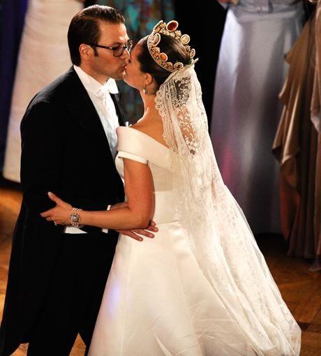 Der Erste Kuss Als Ehepaar Beruhrte Best Of Konigliche Hochzeiten Konigliche Hochzeitskleider Konigliche Hochzeit Royale Hochzeiten