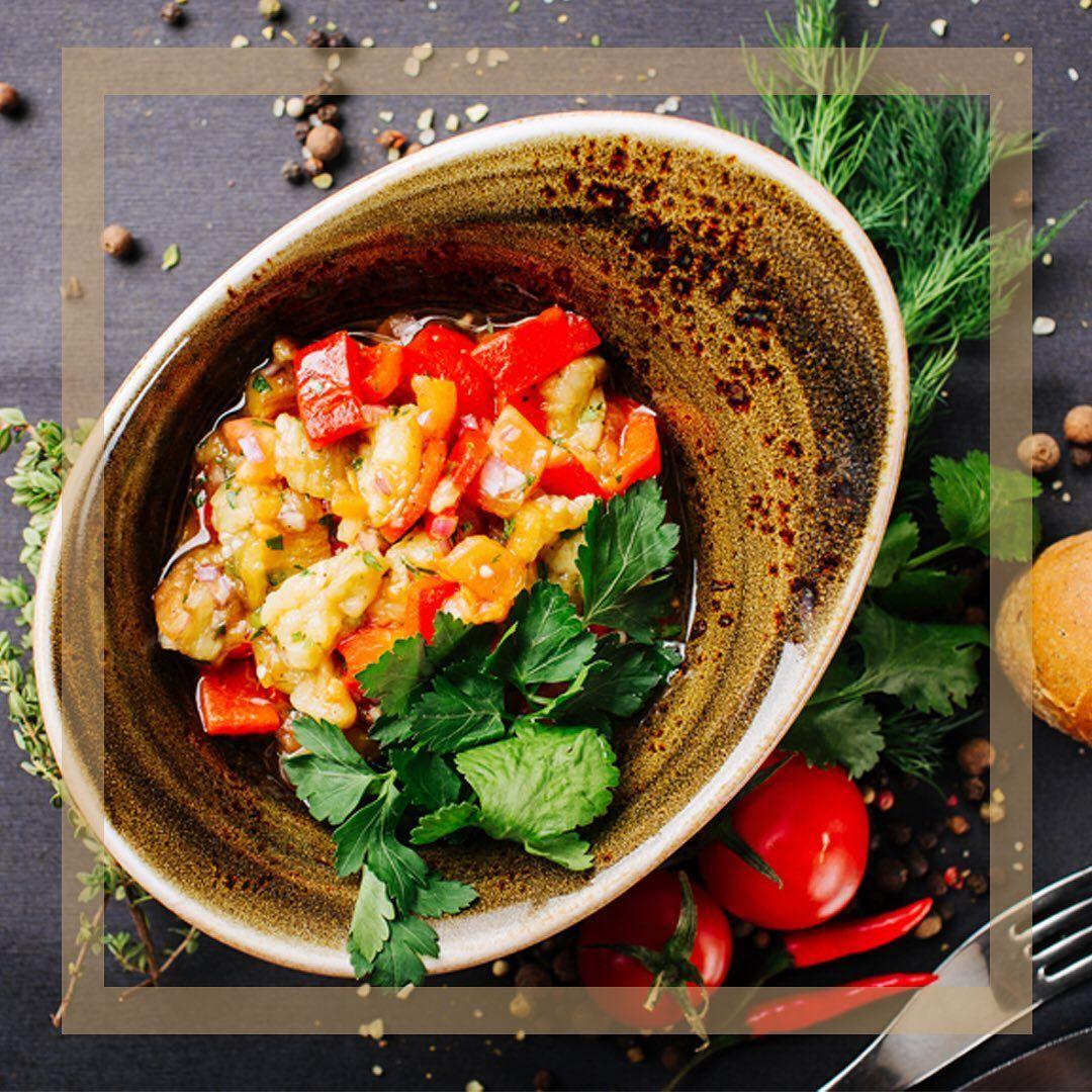 Fügen Sie Ihren Würsten mit diesem Salat etwas Sass hinzu, gehen Sie über das Brötchen hinaus... Fügen Sie Ihren Würsten mit diesem Salat etwas Sass hinzu, gehen Sie über das Brötchen hinaus und genießen Sie es