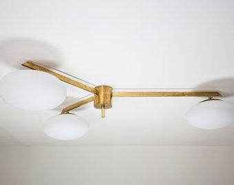 Photo of Lampada a soffitto con tronchi di legno, cavallo di quercia, quercia appesa sopra l'isola cucina
