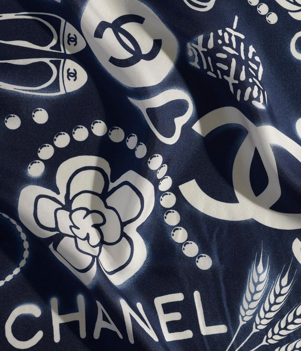 Foulards Chanel Mode De La Collection Pre Collection Printemps Ete 2019 Carre Twill De Soie Bleu Marine Ivoire Sur Le Foulard Chanel Chanel Foulard Carre