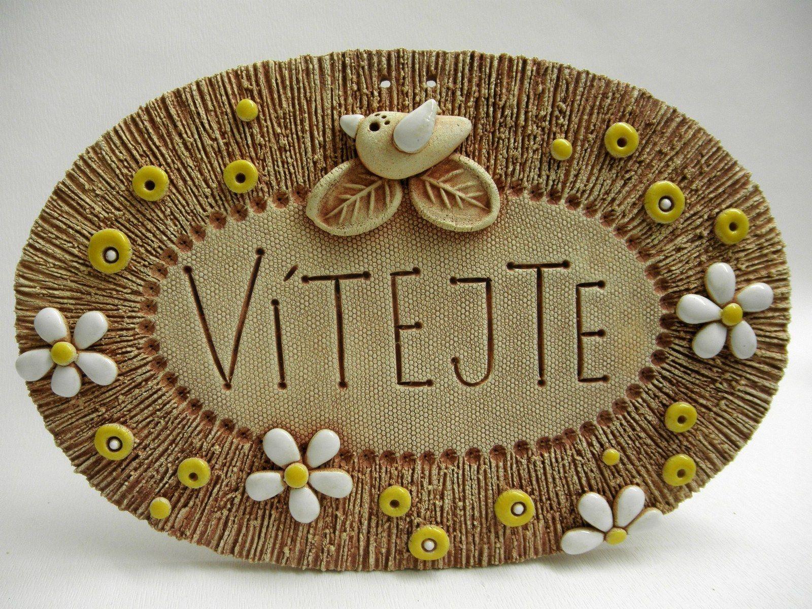Vítejte Ze šamotové hlíny, k zavěšení. Vhodné k celoroční venkovní dekoraci. Velikost 15 x 22,5 cm (vxš)