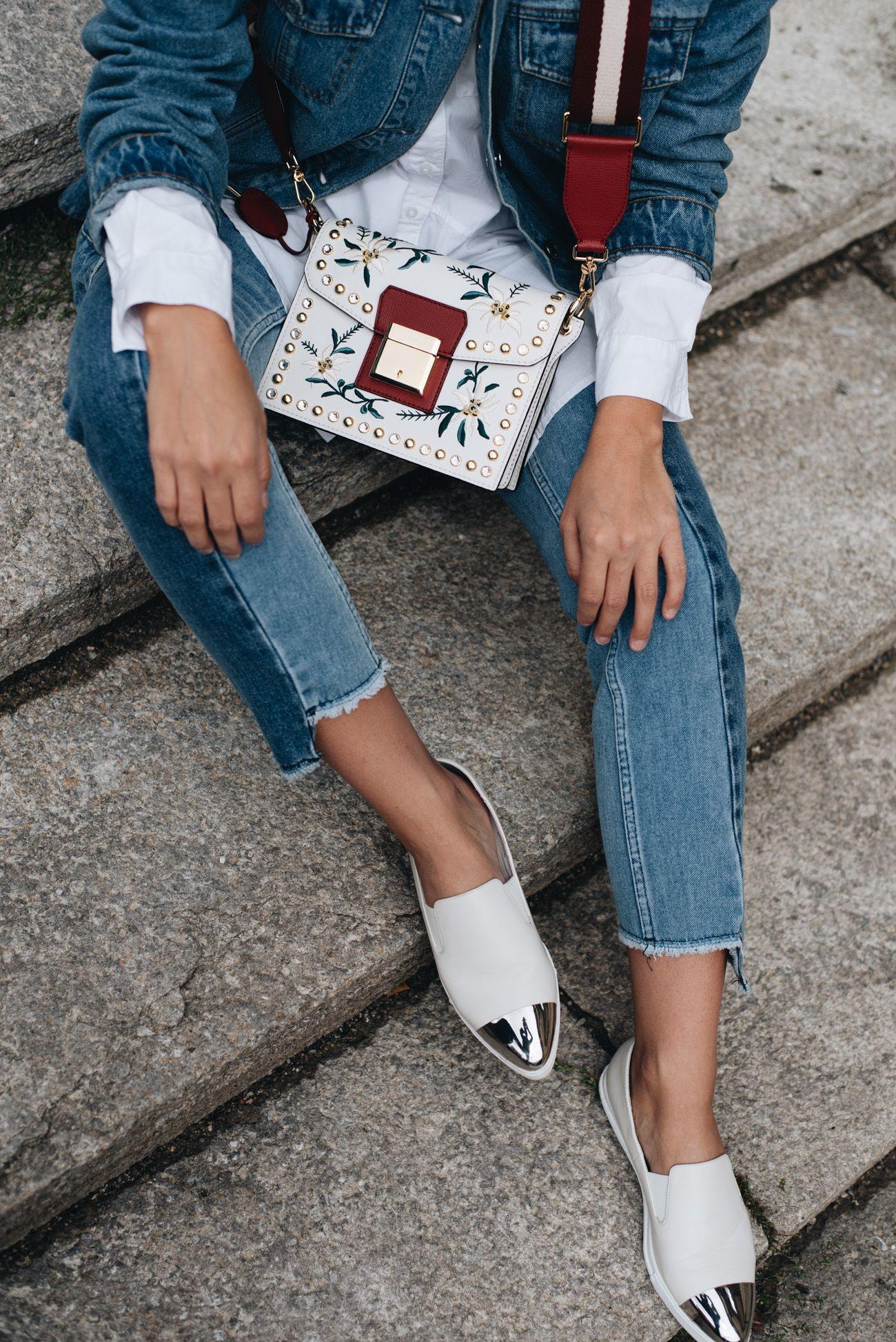 Nina Schwichtenberg trägt zu ihrem Denim Allover Look eine weiße Bluse,  weiße Slip Ons mit silberner Metallkappe und die mit Blumen bestickte  Umhängetasche ... 87320e3fc7