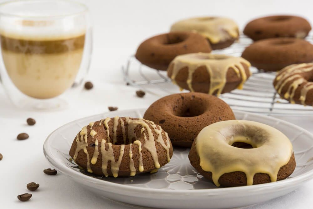 Gebacken statt Frittiert - diese Donuts sind sind mega schokoladig mit feiner Kaffeenote und lassen sich schnell und einfach im Backofen zubereiten.