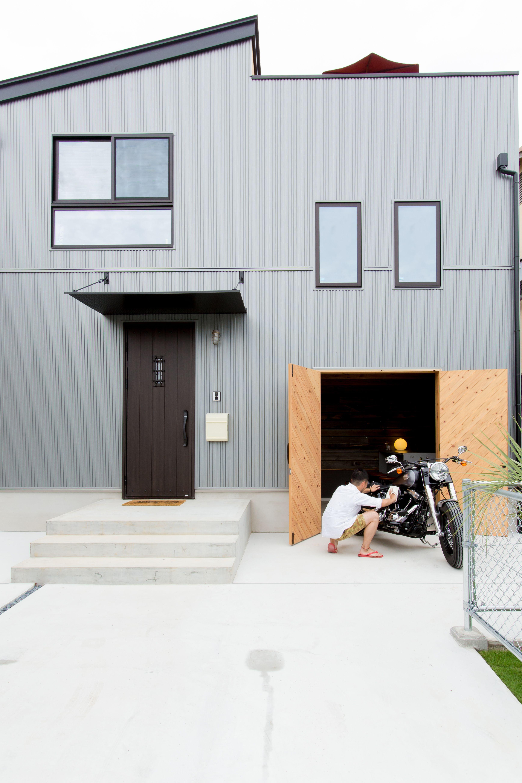 趣味のバイクがいじれるガレージと バーベキューができる屋上があるお家 Bino Earth Park Bino Bino播磨 中塚組 ビーノ 家 外観 アースパーク Earthpark ガレージ バイク 車庫 趣味 ワクワク 倉庫 収納 土間 土間収納 趣 ガレージ 家を建てる 家