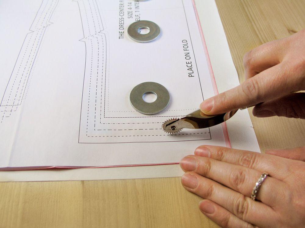 Pasar la ruleta por la talla deseada con el papel carbón puesto en ...