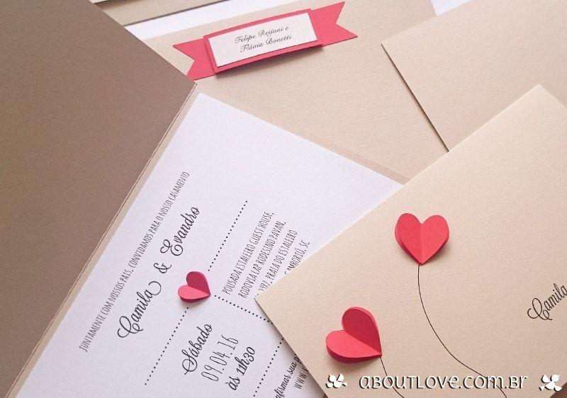 d07aecb60 Convite de casamento artesanal com apliques de coração feitos em papel.  Super romântico e delicado! Ideal para os noivos que procuram convites  originais e ...