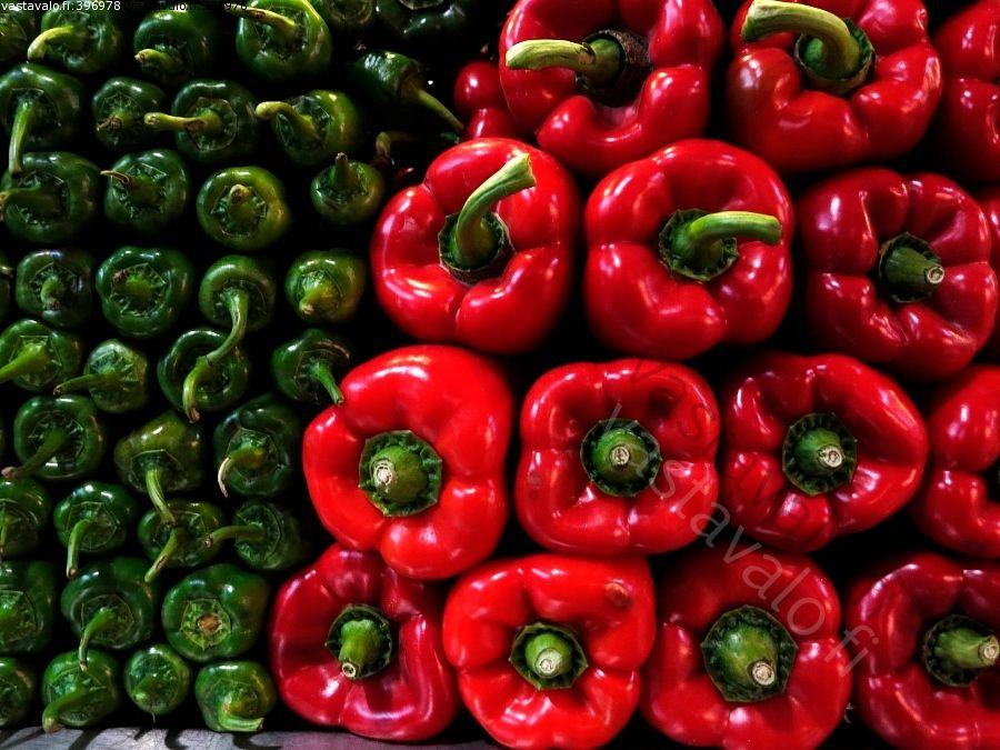 Paprikat - paprika punainen vihreä kypsä kauppahalli vihannes vihannestiski kanta pino asetelma