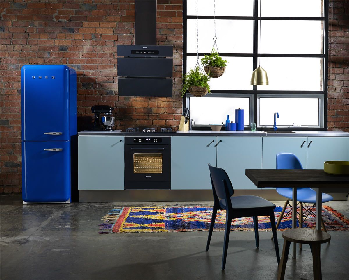 Wohnzimmer Kühlschrank ~ Kreative wandgestaltung küche roter kühlschrank coole barhocker