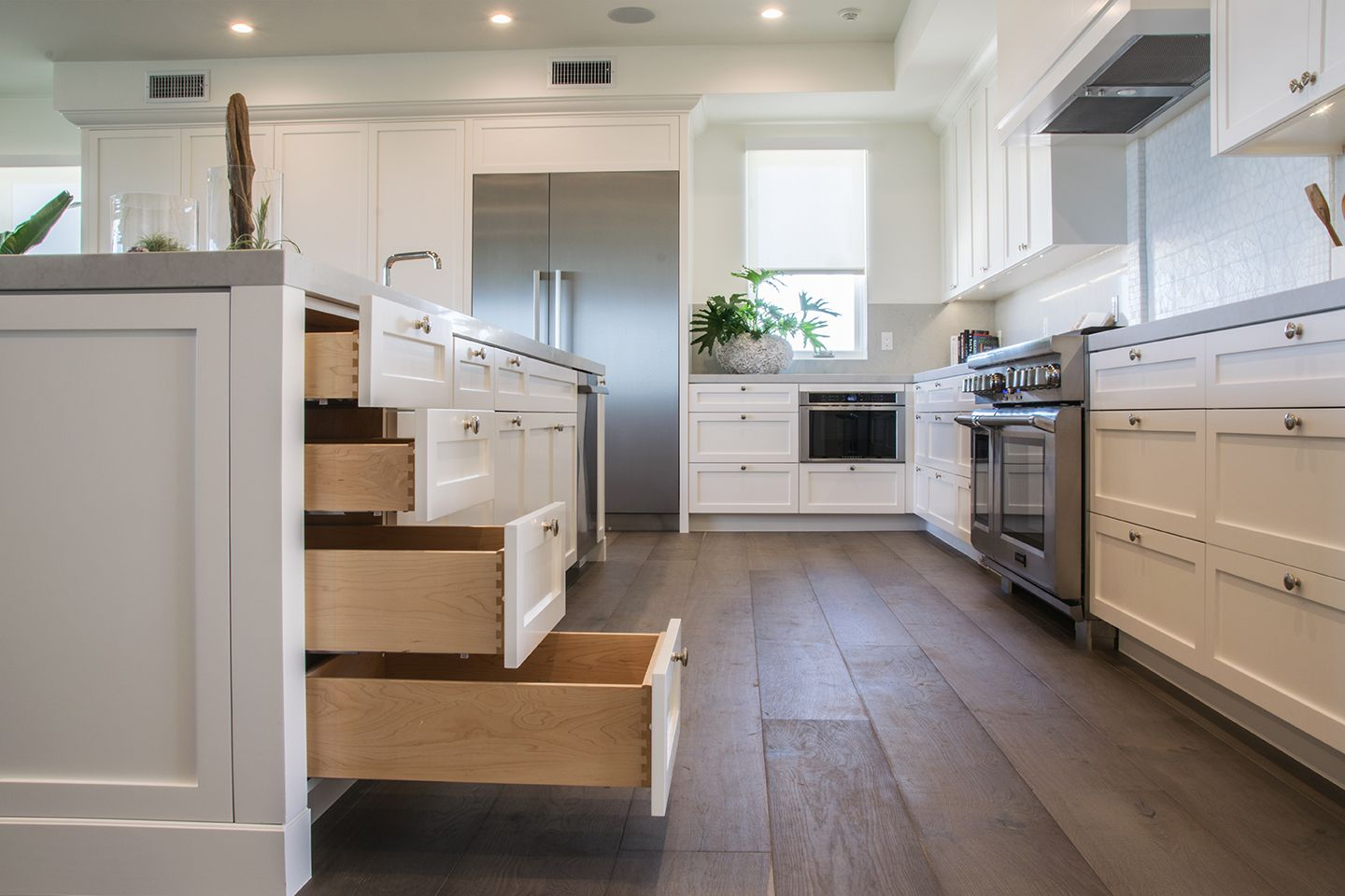 Dovetail Drawer And White Shaker Doors In This Beautiful Kitchen Cabinetsquick Dovetail Drawers Ki Kitchen Design Custom Kitchen Beautiful Kitchens