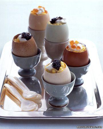 Tässä upea aamiaisehdotus pääisäisen aamiaispöytään! Munakokkelia tarjottuna munakuoresta! #cremebonjoursuomi #pääsiäinen #aamiainen #kevät www.cremebonjour.fi