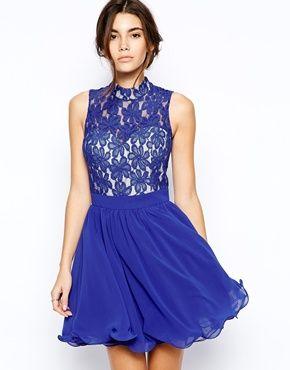 Vestido de graduación de encaje con falda amplia y cuello alto de Chi Chi  London 5a8da6a02be5