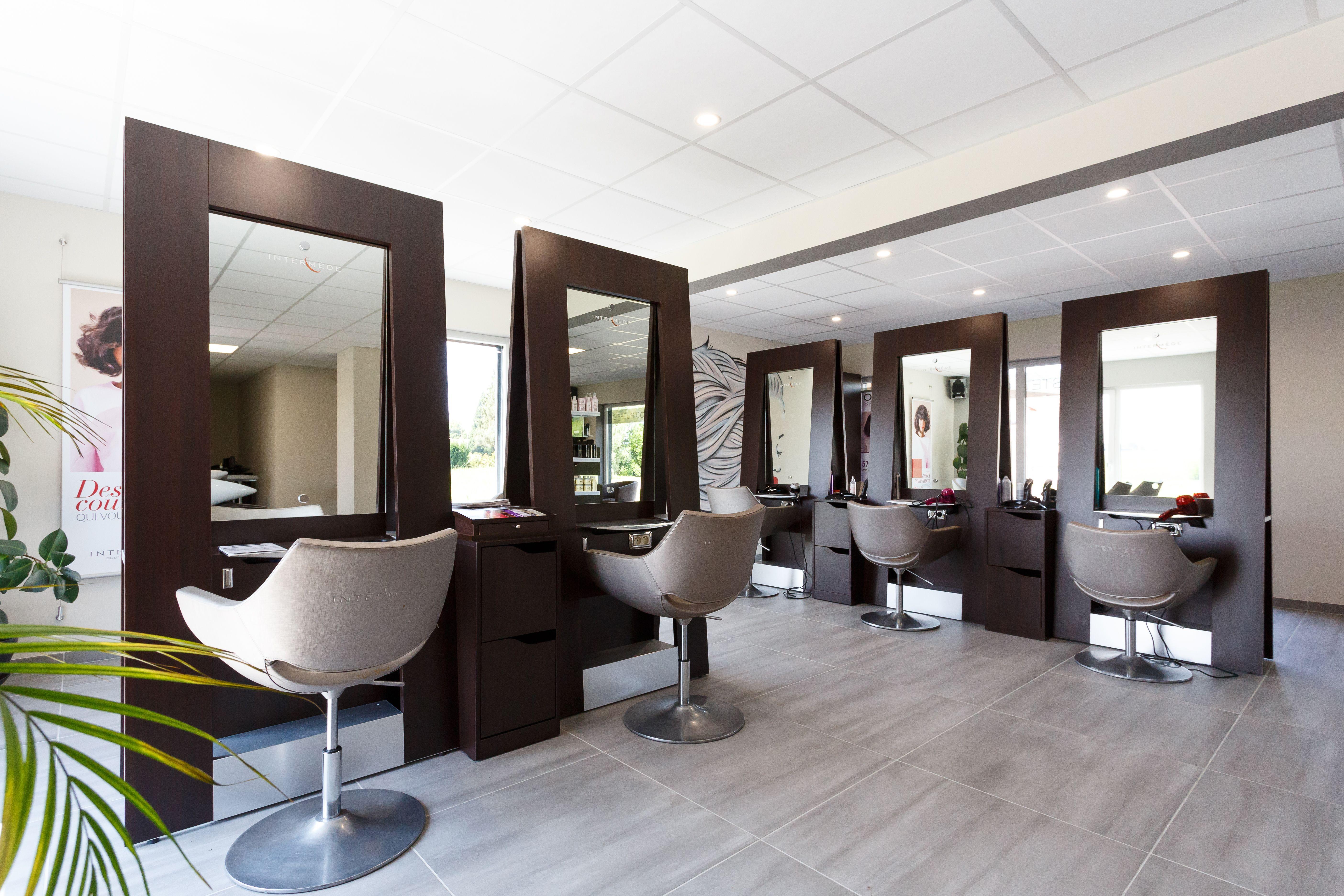 Un Salon De Coiffure Salon Decor Hair Salon Decor Home Decor