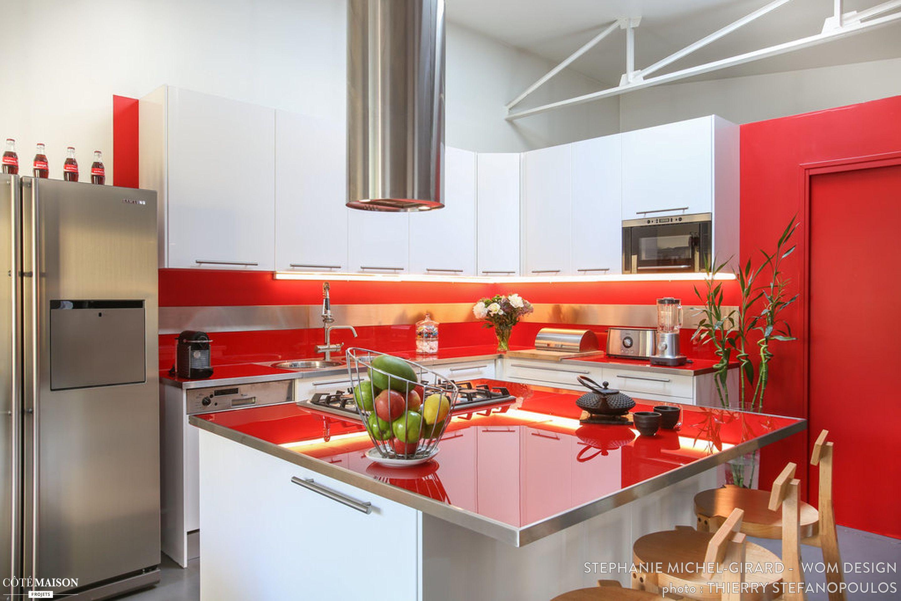Une cuisine moderne de type industriel avec couleur forte - Cuisine en bois avec beton pierre metal ...