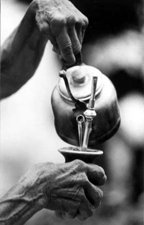 El mate. I love this black & white photo. These very old hands, have done this for God knows how many years.: