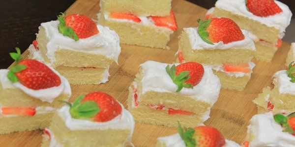 Cbc Sofra طريقة تحضير جاتوه سواريه بحشو الفراولة اميرة شنب Recipe Desserts Mini Cheesecake Cheesecake