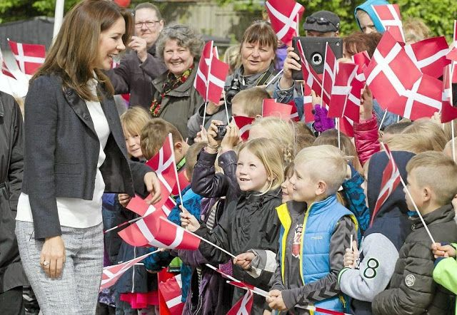 Queens & Princesses - Princess Mary visited a school with the foundation for mental health which she is the godmother.