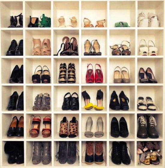 Closet Com Diferentes Nichos Para Os Sapatos