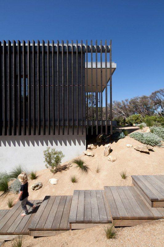 Maison contemporaine béton bardée de brise soleil en bois