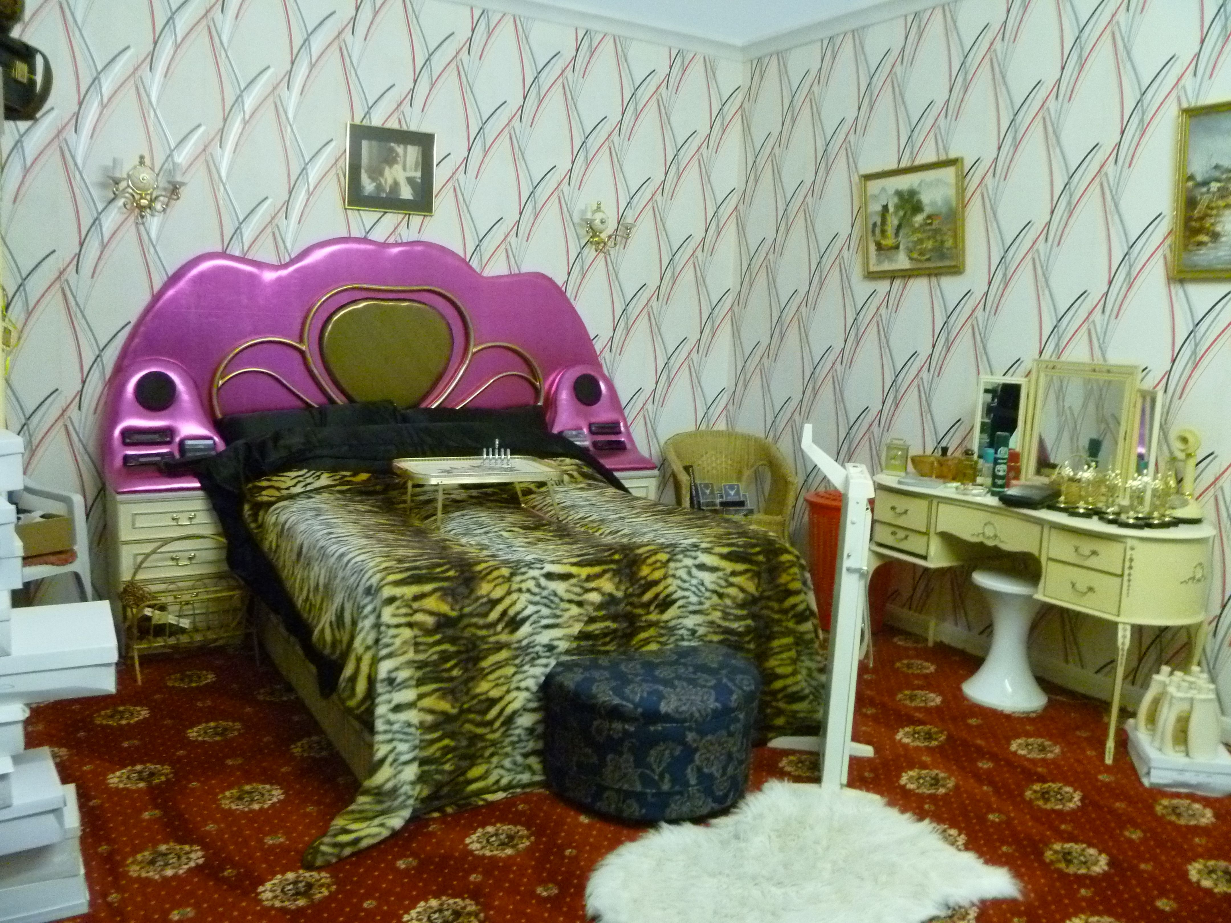 Mock ups of one bedroom two bedroom and three bedroom apartments - Hilarious Del Boy Trotter S Only Fools And Horses Bedroom Mock Up