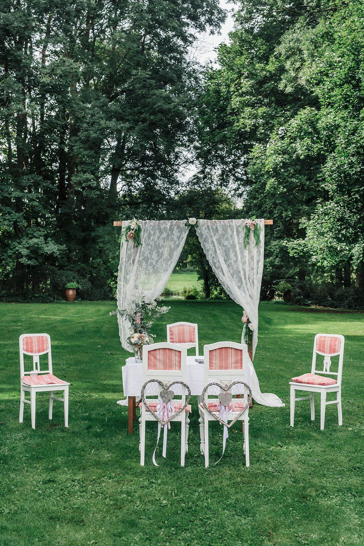 Traubogen Als Hintergrund Fur Die Trauung Im Freien Rosenhof Gross Siemen Trauung Im Freien Hochzeitsdekoration Hochzeitsideen Im Freien