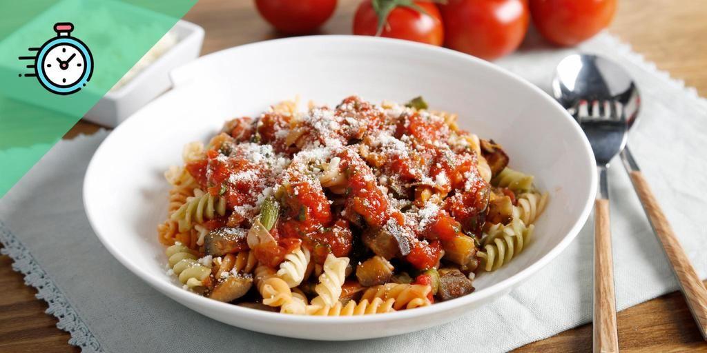 Espirales De Lenteja Roja Con Berenjena Y Albahaca Comida étnica Tipos De Pasta Salsa De Tomate