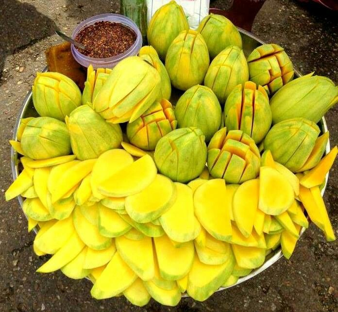 Mangos,yummmmm El Salvador Se comen asi con Alhuashte (el polvo de la semilla de ayote), chile picante, sal y limon ohhhh ricoooo!!!