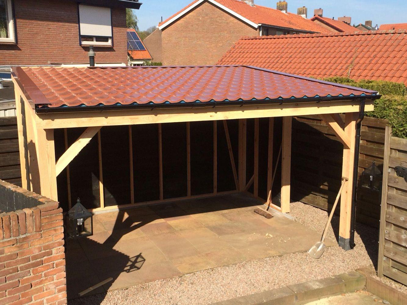 Overkapping op maat gemaakt van douglas hout met dakpanprofielplaten