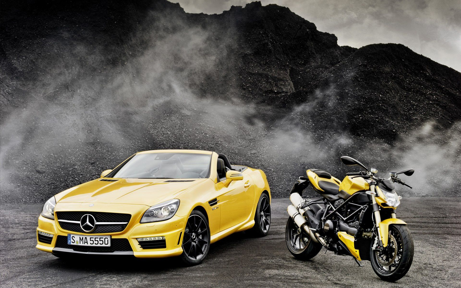 Mercedes Benz SLK 55 AMG de 2011 (422 CV) y Ducati Streetfighter 848 de 2011 (132 CV). Ambos en color Streetfighter yellow. Se venden por separado.