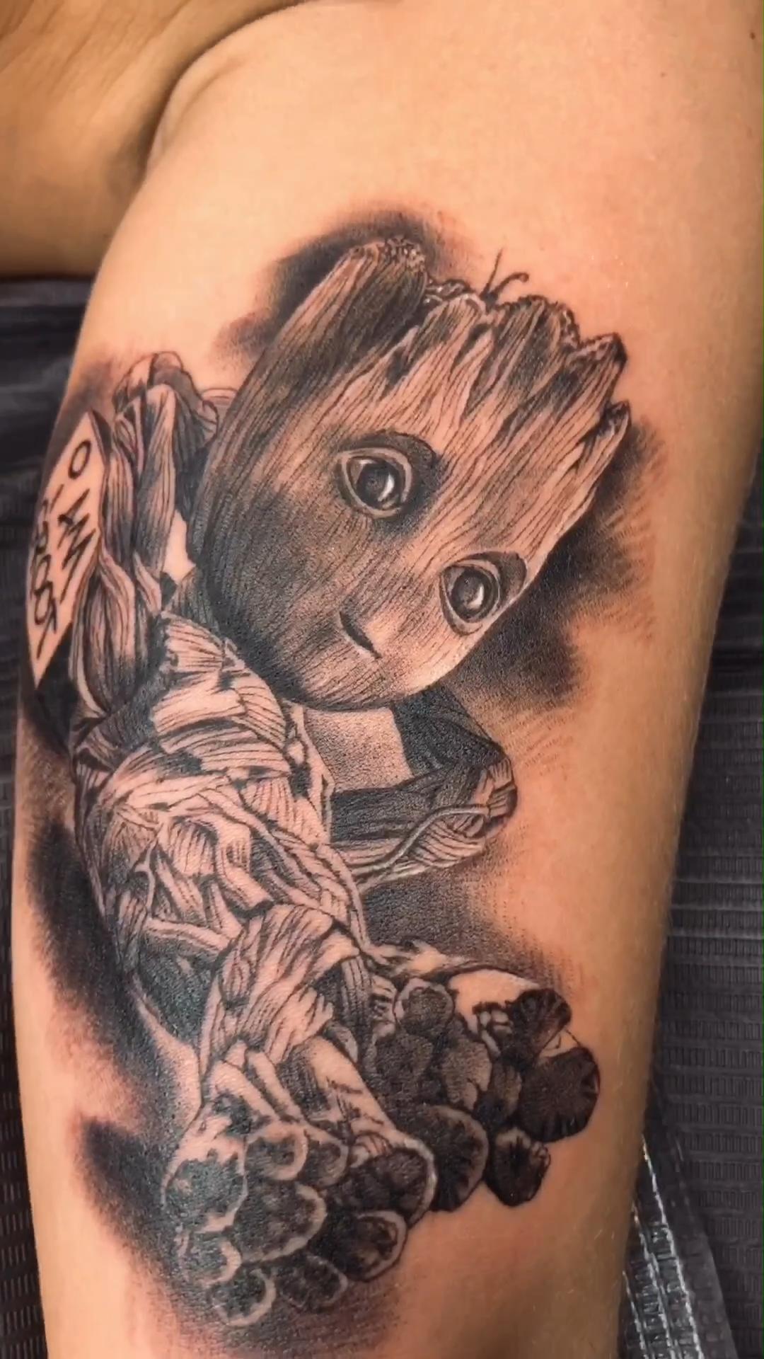 Tatuaje realista de Groot, superhéroe de Marvel, hecho por Miguel Bohigues. Para más información visita nuestra página web vtattoo.es , al igual que nuestro perfil oficial de instagram: @vtattoo.miguelbohigues #Vtattoo #tattoo #Groot #Marvel #Avengers #Superhero #Comic
