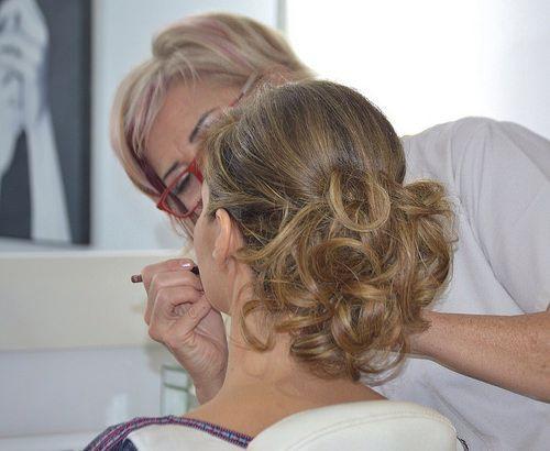 Recogidos informales con pelo largo para bodas y eventos flores en