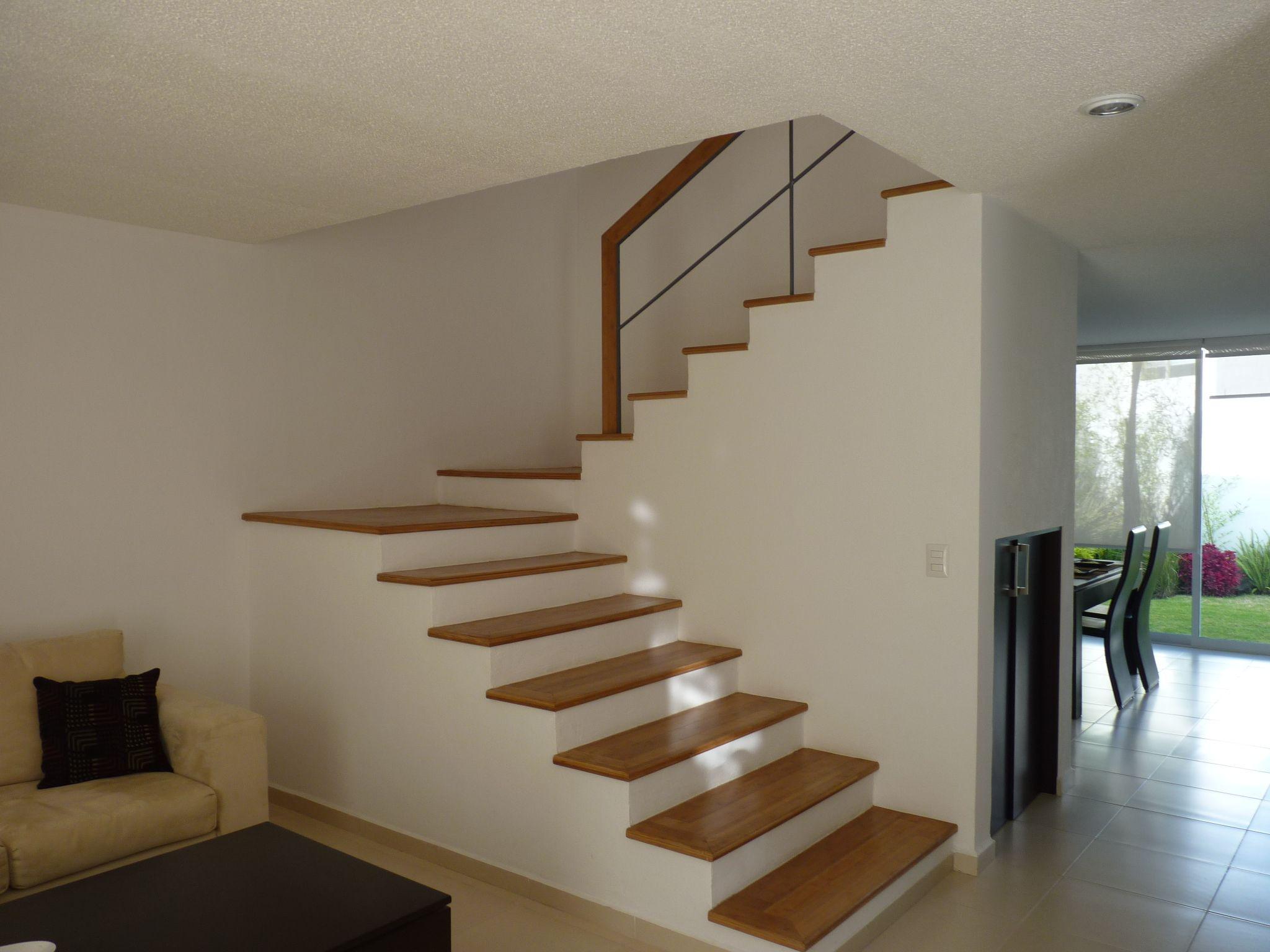 Casa minimalista en renta sta fe juriquilla 160 mts2 de for Escaleras en salas