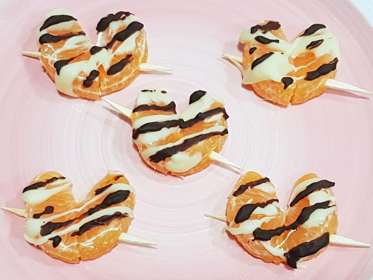 Receta de brochetas de mandarina con chocolate, con forma de corazón para San Valentín. Un postre fácil y ligero listo en 5 minutos ♥