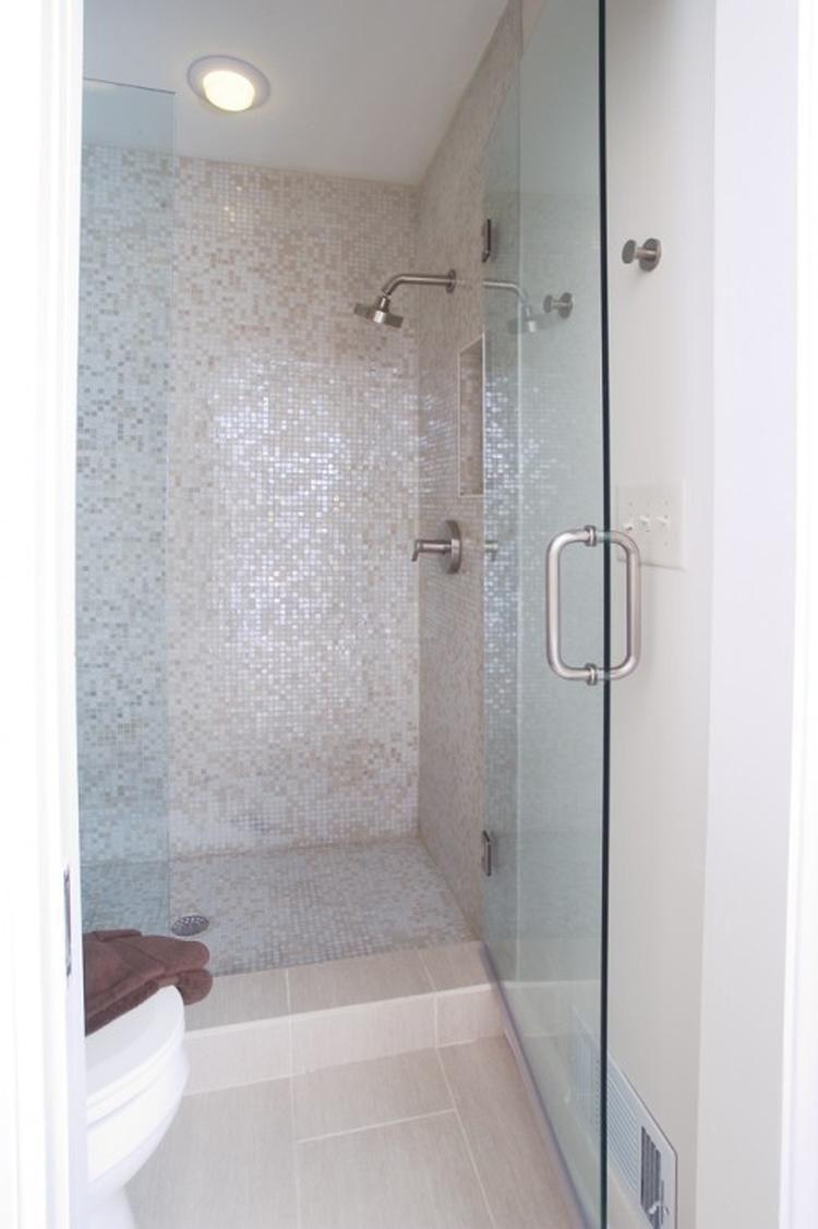lichte tegels met mooie mozaik tegels - Badkamer | Pinterest ...