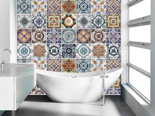 Badezimmer Vinyl ~ Ein badezimmer mit durch halbhohe wände abgetrennten wcs und