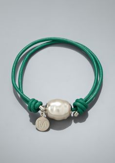 Perla natural en tira de cuero.